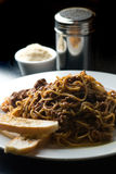 Sauce à spaghetti et à viande sur le noir photo stock