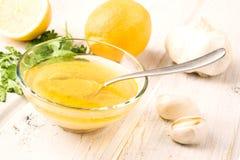 Sauce à Vinaigrette dans le bol en verre photographie stock libre de droits