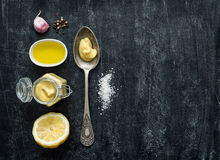 Sauce à Vinaigrette - ingrédients de recette sur le noir d'en haut photographie stock libre de droits