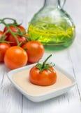 sauce à Yaourt-tomate avec les tomates et l'huile d'olive fraîches sur le fond photographie stock