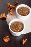 Sauce aux champignons faite maison délicieuse sur la table en bois Photo stock