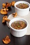 Sauce aux champignons faite maison délicieuse sur la table en bois Photographie stock libre de droits
