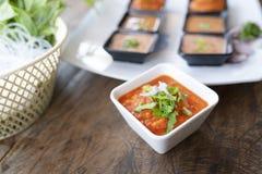 Sauce chili dans la cuvette blanche photo stock