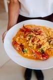 Sauce crémeuse à cari jaune thaïlandais de crabe dans le plat blanc photos libres de droits