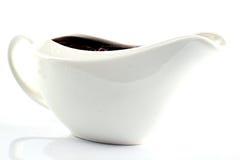 Sauce crémeuse dans la saucière blanche Photographie stock