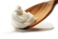 Sauce crème au-dessus de cuillère Photo libre de droits