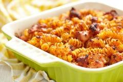 Sauce cuite au four de macaronis, de poulet, de fromage et tomate image libre de droits