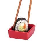 Sauce de soja avec le roulis de sushi et les baguettes Image libre de droits