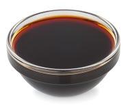 Sauce de soja dans le petit isolat de bol en verre Photographie stock libre de droits