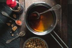 Sauce de soja en casserole, pois chiches et épices en gros plan Photos libres de droits