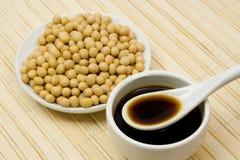 Sauce de soja et haricots photographie stock