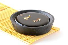 Sauce de soja japonaise ou chinoise dans le Suace-bateau Photographie stock