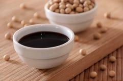 Sauce de soja sur une table Image libre de droits