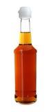 Sauce in der langer Hals-Glasflasche, die auf weißem Hintergrund lokalisiert wird Stockbild