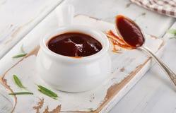 Sauce douce à BBQ dans une cuvette Photo stock