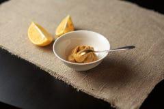 Sauce in einer Platte, Majonäse in einer Platte, selbst gemachte Soße, Soße Caesar, eine Zitrone, Grüns Lizenzfreie Stockfotografie