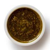 Sauce en bon état dans le bol en céramique blanc de condiment d'isolement sur le blanc pour images stock