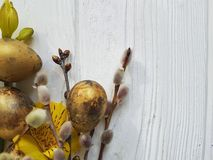 Sauce en un fondo de madera blanco de la decoración, alstroemeria de la rama de pascua de los huevos de codornices de la flor fotografía de archivo libre de regalías