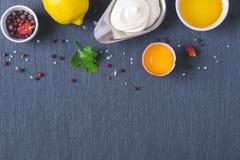 Sauce et ingrédients à mayonnaise sur le fond bleu de tissu Photographie stock