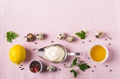 Sauce et ingrédients à mayonnaise sur le fond rose de tissu Photo libre de droits