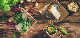 Sauce et ingrédients à pesto sur la vieille table en bois Image libre de droits