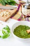 Sauce et ingrédients à pesto sur un fond blanc Cuisine italienne Nourriture v?g?tarienne Le r?gime images stock