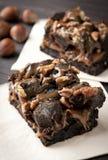 Sauce et noix à caramel de 'brownie' de chocolat Photographie stock