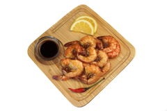 Sauce grillée au Roi Size Shrimps With servie sur le conseil en bois photos libres de droits