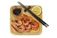 Sauce grillée au Roi Size Shrimps With servie sur le conseil en bois image stock