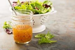Sauce italienne à vinaigrette dans un pot de maçon photo stock