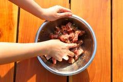 Sauce la côtelette marinée de nervure de porc dans des morceaux Photo stock