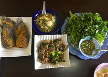 Sauce passe à crevette, porc et basilic fait sauter à feu vif et poissons, nourriture thaïlandaise images stock