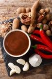Sauce ?pic?e douce et aigre ? tamarinier avec des ingr?dients en gros plan sur une table Vue sup?rieure verticale images stock