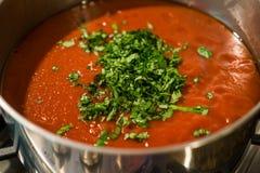 Sauce pour pâtes avec le basilic Photographie stock