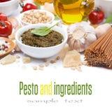 Sauce, pâtes italiennes et ingrédients à pesto, d'isolement Photographie stock
