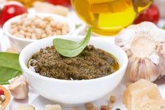 Sauce, pâtes italiennes et ingrédients à pesto, horizontaux Images stock