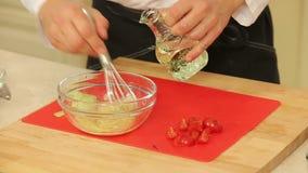 Sauce salade de mélange banque de vidéos