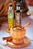 Sauce salade sur le récipient en bois photos libres de droits