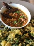 Sauce thaïlandaise avec les légumes mis le feu Image libre de droits