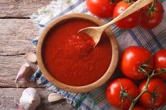 Sauce tomate avec l'ail et basilic dans un plan rapproché de cuvette horizontal Images stock