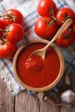 Sauce tomate avec l'ail et basilic dans un plan rapproché de cuvette t vertical Image libre de droits
