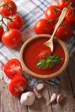 Sauce tomate avec l'ail et basilic dans une cuvette en bois vertical Image stock