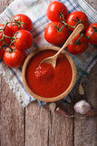 Sauce tomate avec l'ail et basilic dans une cuvette Vue supérieure verticale Images libres de droits