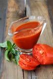 Sauce tomate dans un bateau de sauce au jus en verre Photographie stock libre de droits