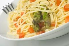 Sauce tomate et asperge de spaghetti frais normaux Photos stock