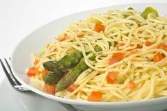 Sauce tomate et asperge de spaghetti frais normaux Images libres de droits
