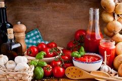Sauce tomate et ingrédients Photo libre de droits