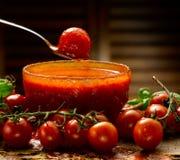 Sauce tomate faite maison Photos stock
