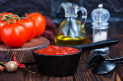 Sauce tomate faite maison Photos stock
