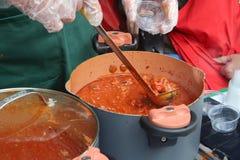 Sauce tomate fraîche étant servie images libres de droits
